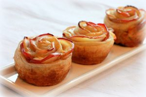 Rosettes made of Apples and Gouda cheese